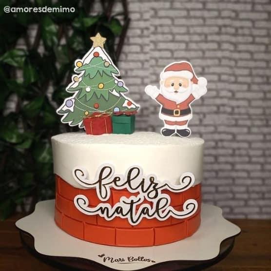 bolo com topo de arvore de natal e papai noel