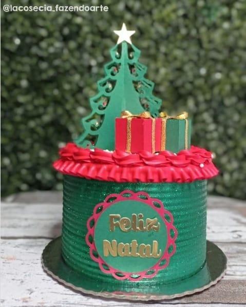 bolo natalino com topper de arvore de natal e presentes