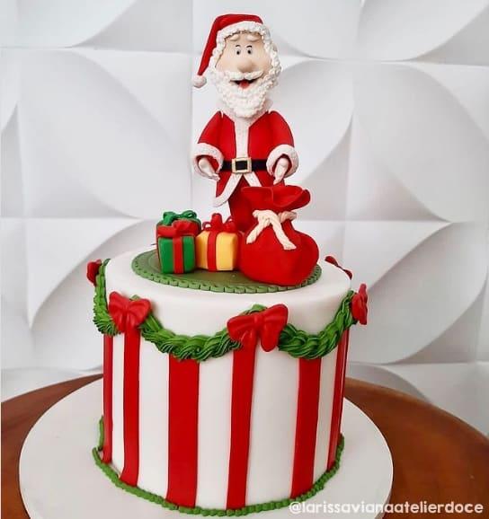 bolo decorado com topo de biscuit de Papai Noel