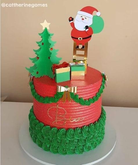bolo verde e vermelho com topper de papai noel