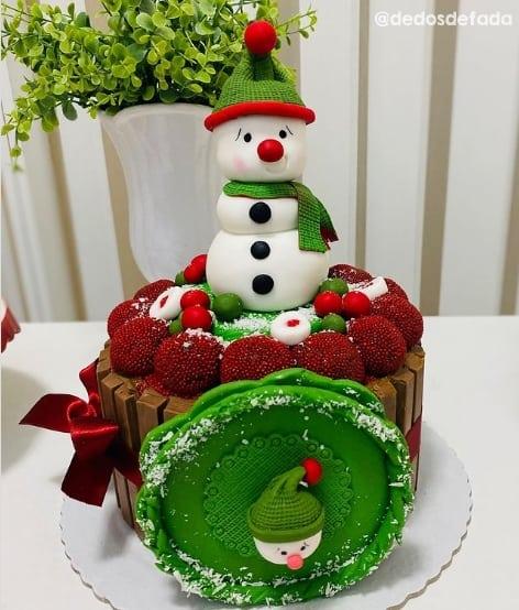 bolo pequeno de natal com topo de boneco de neve
