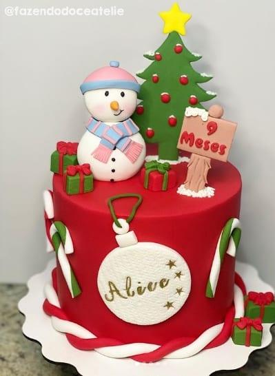 bolo decorado com topper de natal e boneco de neve