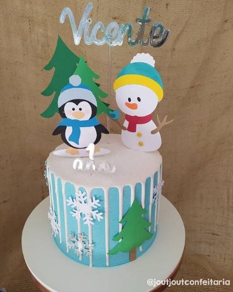 bolo decorado com topo de bolo natalino de boneco de neve